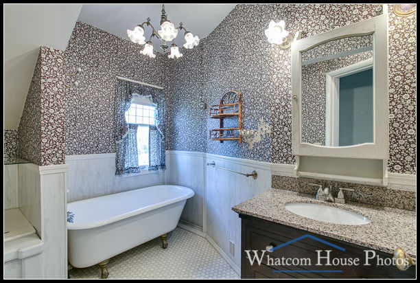 Bathroom, 715 15th Street, Bellingham, WA. © 2016 Mark Turner