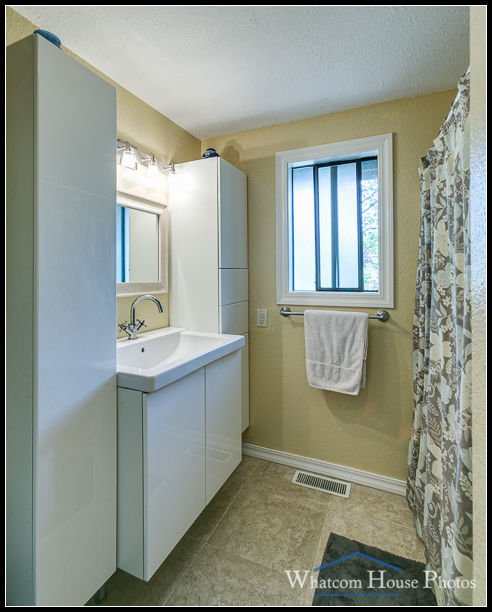 Bathroom, 2618 Erie St., Bellingham, WA. © 2016 Mark Turner